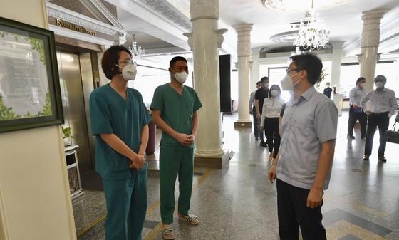 Phó Thủ tướng Vũ Đức Đam thăm, động viên các nhân viên khách sạn ảnh 1