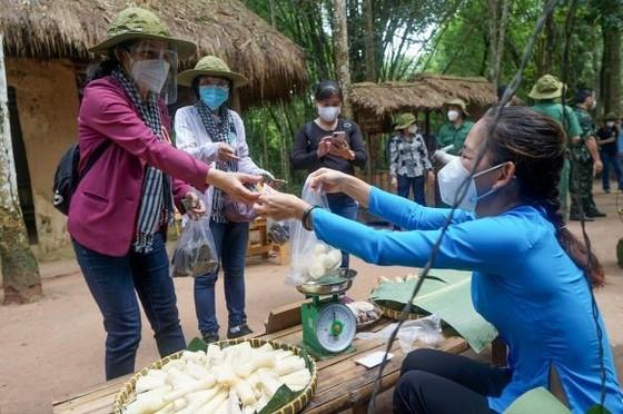 Chủ tịch HĐND TPHCM Nguyễn Thị Lệ: 'Lực lượng tuyến đầu phác họa bức tranh đẹp giữa đời thường' ảnh 4