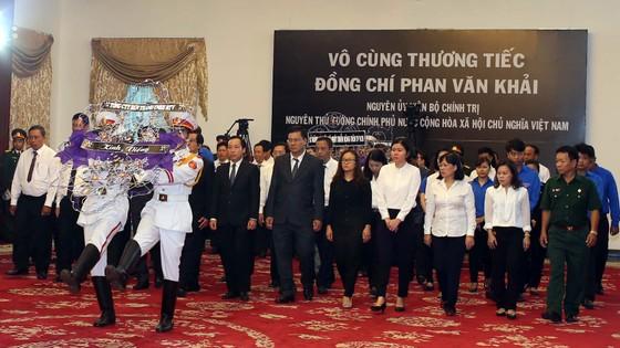 Ngày thứ hai cử hành lễ viếng nguyên Thủ tướng Phan Văn Khải ảnh 20