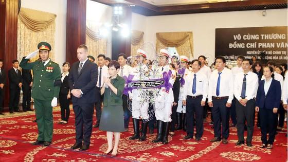 Nhiều đoàn ngoại giao đến viếng nguyên Thủ tướng Phan Văn Khải ảnh 20