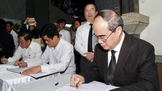 Bí thư Thành ủy TPHCM Nguyễn Thiện Nhân viếng Phó Chủ tịch UBND TPHCM Nguyễn Thị Thu ảnh 6