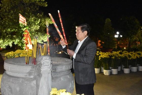 Chủ tịch UBND TPHCM Nguyễn Thành Phong dâng hoa, dâng hương các Anh hùng liệt sĩ   ảnh 1