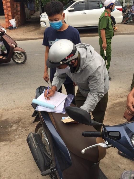 Huyện Củ Chi, TPHCM xử phạt 876 người không đeo khẩu trang nơi công cộng ảnh 1