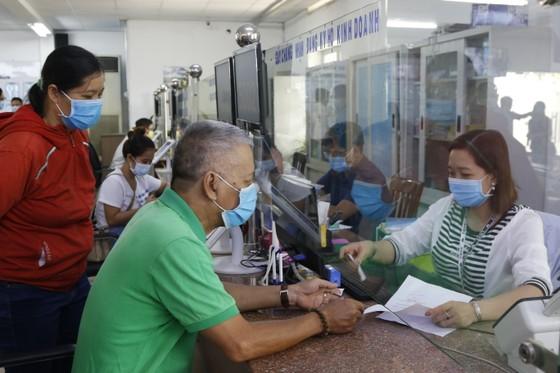 Công chức TPHCM giảm thu nhập tăng thêm nhằm chia sẻ người dân lúc phòng, chống dịch Covid-19 ảnh 1