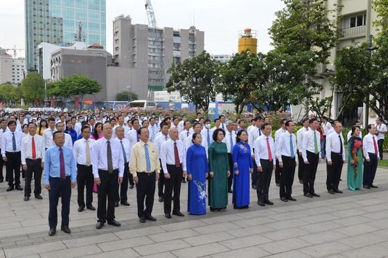 TPHCM tổ chức lễ chào cờ trước Tượng đài Chủ tịch Hồ Chí Minh ảnh 1