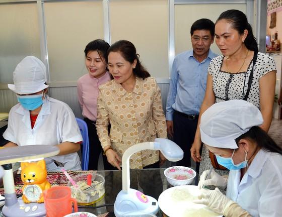 Chủ tịch HĐND TPHCM Nguyễn Thị Lệ khảo sát về phát triển sản phẩm chủ lực ở huyện Cần Giờ ảnh 1