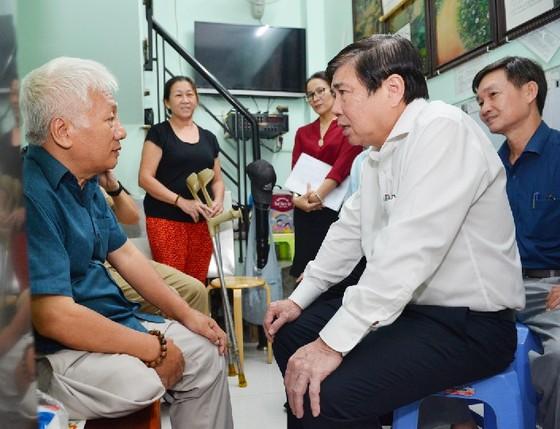 Chủ tịch UBND TPHCM Nguyễn Thành Phong thăm gia đình chính sách ảnh 2