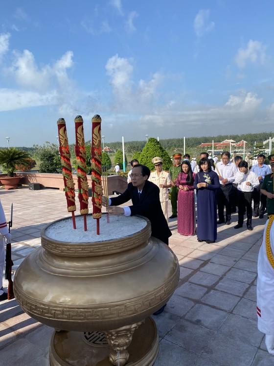 Lãnh đạo TPHCM dâng hương tưởng niệm các anh hùng liệt sĩ ảnh 4