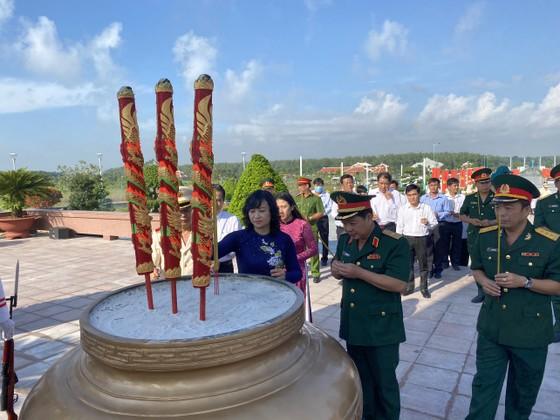 Lãnh đạo TPHCM dâng hương tưởng niệm các anh hùng liệt sĩ ảnh 5
