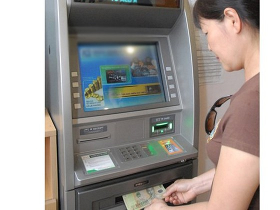 Khuyến khích người dân nhận lương hưu, trợ cấp thất nghiệp qua tài khoản ATM ảnh 1