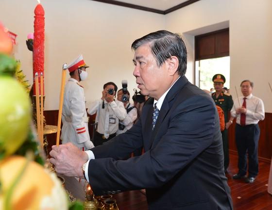 Lãnh đạo TPHCM dâng hương tưởng niệm Chủ tịch Hồ Chí Minh, Chủ tịch Tôn Đức Thắng ảnh 3
