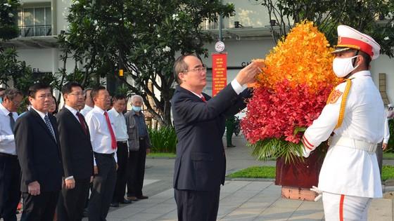 Lãnh đạo TPHCM dâng hương tưởng niệm Chủ tịch Hồ Chí Minh, Chủ tịch Tôn Đức Thắng ảnh 6
