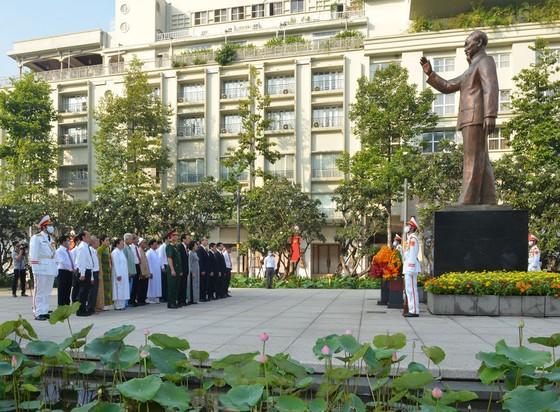 Lãnh đạo TPHCM dâng hương tưởng niệm Chủ tịch Hồ Chí Minh, Chủ tịch Tôn Đức Thắng ảnh 8