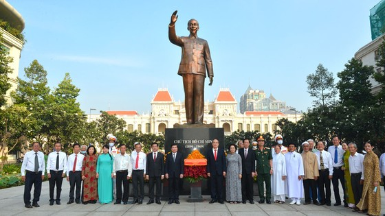 Lãnh đạo TPHCM dâng hương tưởng niệm Chủ tịch Hồ Chí Minh, Chủ tịch Tôn Đức Thắng ảnh 9