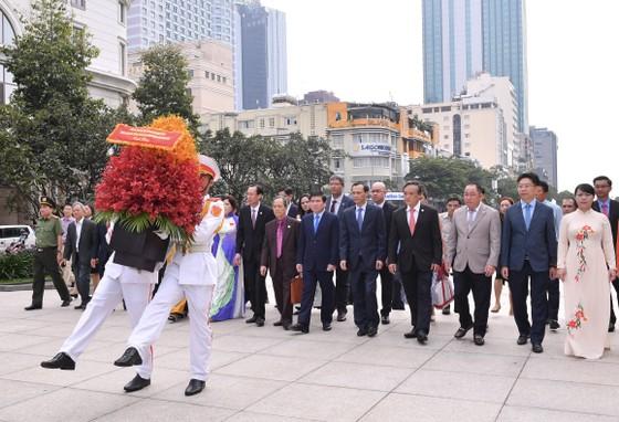 Lãnh đạo TPHCM và đại biểu kiều bào dâng hoa Chủ tịch Hồ Chí Minh ảnh 1