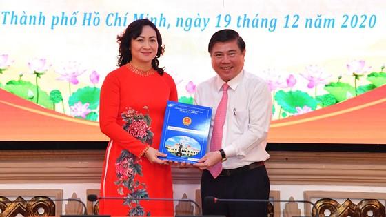 Đồng chí Phan Thị Thắng và Lê Hòa Bình nhận quyết định phê chuẩn chức vụ Phó Chủ tịch UBND TPHCM ảnh 1