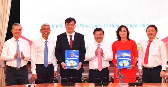 Phó Chủ tịch UBND TPHCM Ngô Minh Châu (bìa trái) và Phó Chủ tịch UBND TP Võ Văn Hoan (thứ 2 từ trái qua) được phân công phụ trách nhiệm vụ mới. Ảnh: VIỆT DŨNG