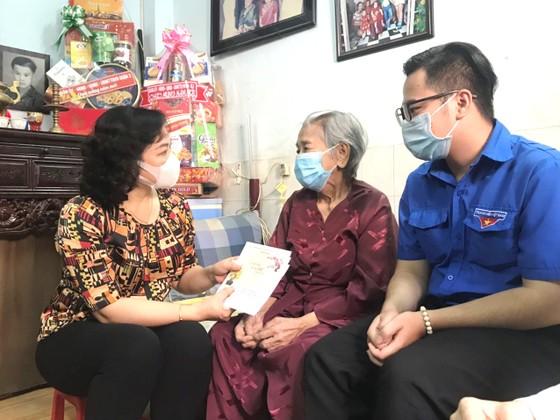 Phó Chủ tịch UBND TPHCM Phan Thị Thắng thăm, chúc tết các hộ dân ảnh 1