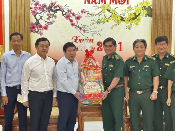 Chủ tịch UBND TPHCM Nguyễn Thành Phong thăm, chúc tết các đơn vị và người dân ảnh 3