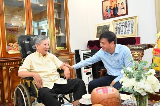 Phó Chủ tịch UBND TPHCM Lê Hòa Bình thăm, chúc tết cán bộ nguyên lãnh đạo Trung ương và TPHCM ảnh 4