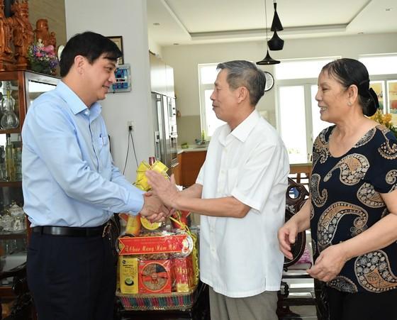 Phó Chủ tịch UBND TPHCM Lê Hòa Bình thăm, chúc tết cán bộ nguyên lãnh đạo Trung ương và TPHCM ảnh 5