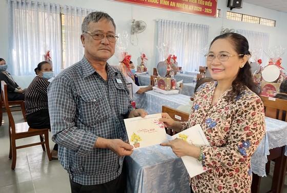 Thường trực HĐND TPHCM tặng 249 phần quà tới Mẹ Việt Nam Anh hùng và người dân huyện Củ Chi ảnh 1