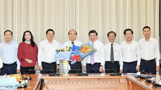 Chủ tịch UBND TPHCM Nguyễn Thành Phong trao các quyết định nhân sự chủ chốt ảnh 4