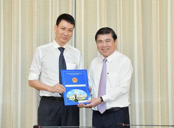 Chủ tịch UBND TPHCM Nguyễn Thành Phong trao các quyết định nhân sự chủ chốt ảnh 2