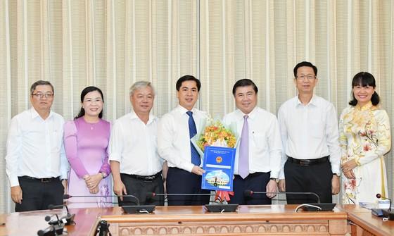 Chủ tịch UBND TPHCM Nguyễn Thành Phong trao các quyết định nhân sự chủ chốt ảnh 3