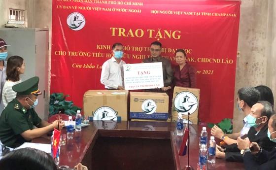 TPHCM trao tặng 590 triệu đồng tới Trường Tiểu học Hữu nghị tỉnh Champasak, Lào ảnh 1