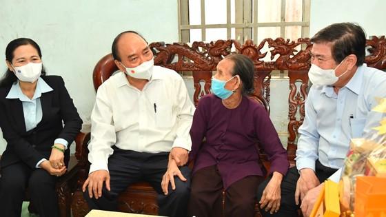 Chủ tịch nước Nguyễn Xuân Phúc thăm, tặng quà một số gia đình chính sách tại huyện Hóc Môn, TPHCM ảnh 2