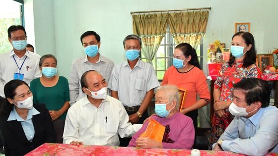 Chủ tịch nước Nguyễn Xuân Phúc thăm, tặng quà một số gia đình chính sách tại huyện Hóc Môn, TPHCM ảnh 1