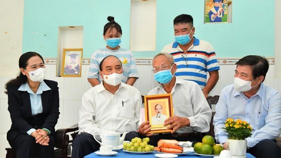 Chủ tịch nước Nguyễn Xuân Phúc thăm, tặng quà một số gia đình chính sách tại huyện Hóc Môn, TPHCM ảnh 3