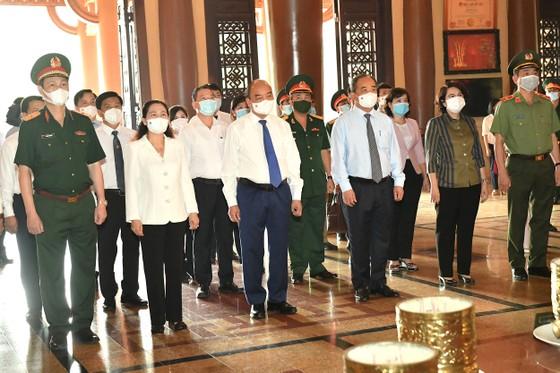 Chủ tịch nước Nguyễn Xuân Phúc viếng Đền tưởng niệm Liệt sĩ Bến Dược tại huyện Củ Chi - TPHCM ảnh 2