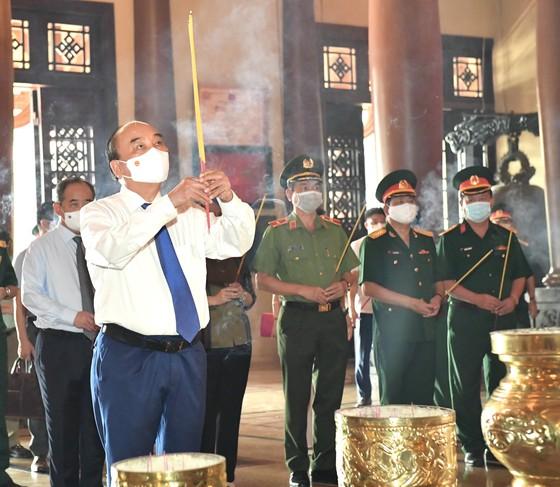 Chủ tịch nước Nguyễn Xuân Phúc viếng Đền tưởng niệm Liệt sĩ Bến Dược tại huyện Củ Chi - TPHCM ảnh 3