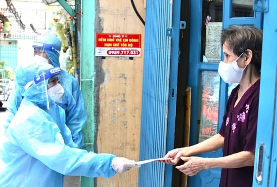 Chủ tịch HĐND TPHCM Nguyễn Thị Lệ kiểm tra công tác phòng chống dịch Covid-19 tại quận 3, quận 10 ảnh 2