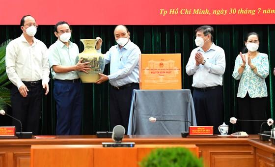 Chủ tịch nước Nguyễn Xuân Phúc: Chiến lược song trùng vừa dập dịch, vừa điều trị  ảnh 1