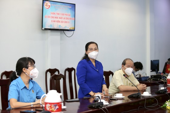 Chủ tịch HĐND TPHCM Nguyễn Thị Lệ cùng các đại biểu trao tận tay 10.000 phần quà hỗ trợ người dân ảnh 2