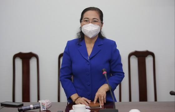 Chủ tịch HĐND TPHCM Nguyễn Thị Lệ cùng các đại biểu trao tận tay 10.000 phần quà hỗ trợ người dân ảnh 3