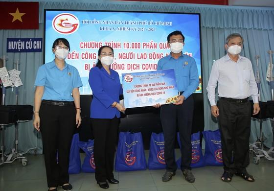 Chủ tịch HĐND TPHCM Nguyễn Thị Lệ cùng các đại biểu trao tận tay 10.000 phần quà hỗ trợ người dân ảnh 4