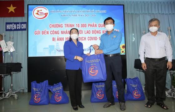 Chủ tịch HĐND TPHCM Nguyễn Thị Lệ cùng các đại biểu trao tận tay 10.000 phần quà hỗ trợ người dân ảnh 5