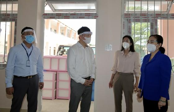 Chủ tịch HĐND TPHCM Nguyễn Thị Lệ cùng các đại biểu trao tận tay 10.000 phần quà hỗ trợ người dân ảnh 13