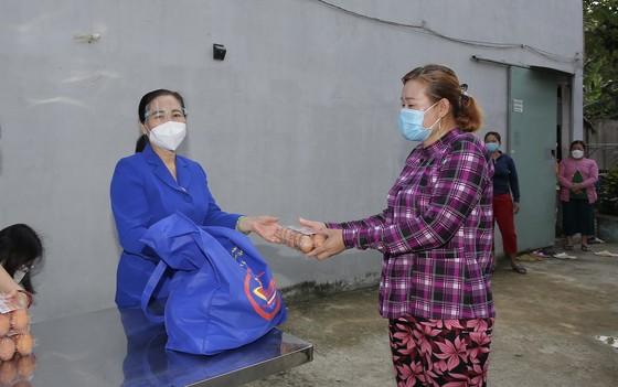 Chủ tịch HĐND TPHCM Nguyễn Thị Lệ cùng các đại biểu trao tận tay 10.000 phần quà hỗ trợ người dân ảnh 7
