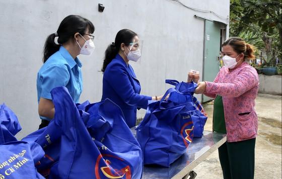 Chủ tịch HĐND TPHCM Nguyễn Thị Lệ cùng các đại biểu trao tận tay 10.000 phần quà hỗ trợ người dân ảnh 6