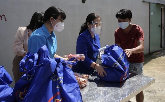 Chủ tịch HĐND TPHCM Nguyễn Thị Lệ cùng các đại biểu trao tận tay 10.000 phần quà hỗ trợ người dân ảnh 8