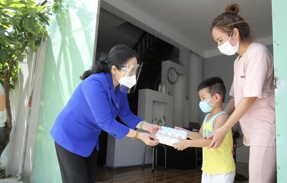 Chủ tịch HĐND TPHCM Nguyễn Thị Lệ cùng các đại biểu trao tận tay 10.000 phần quà hỗ trợ người dân ảnh 1