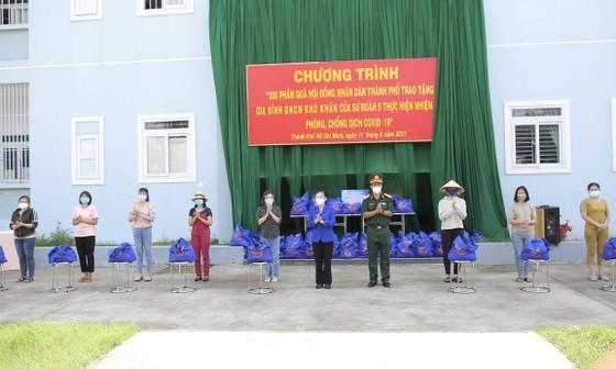 Chủ tịch HĐND TPHCM Nguyễn Thị Lệ cùng các đại biểu trao tận tay 10.000 phần quà hỗ trợ người dân ảnh 9