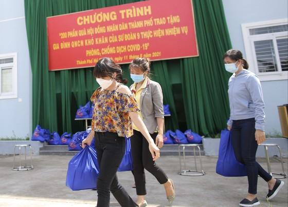 Chủ tịch HĐND TPHCM Nguyễn Thị Lệ cùng các đại biểu trao tận tay 10.000 phần quà hỗ trợ người dân ảnh 11
