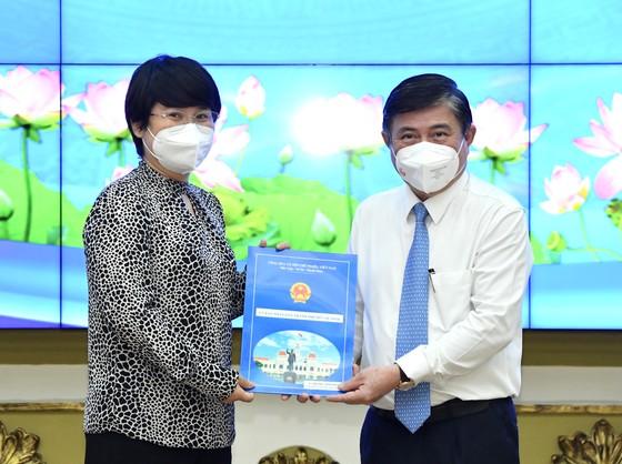 Chủ tịch UBND TPHCM Nguyễn Thành Phong bổ nhiệm Chủ tịch UBND quận 5, quận 12 ảnh 1