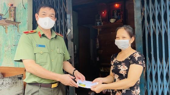 Lãnh đạo TPHCM thăm, động viên người dân và lực lượng tuyến đầu chống dịch Covid-19 ảnh 13